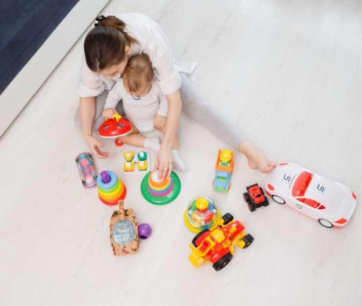 matka bawi się zabawkami z dzieckiem