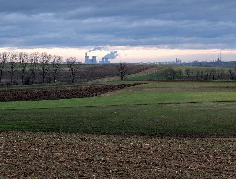 panorama na pole w uprzemyslowionym regionie