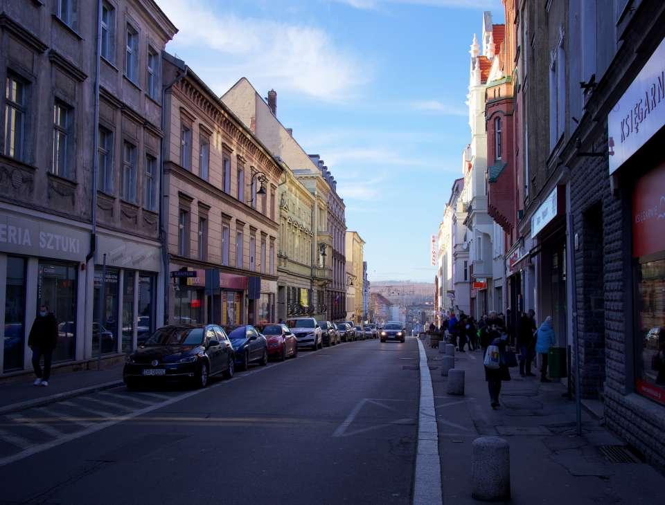 ulicza z zabytkowymi kamienicami w centrum miasta