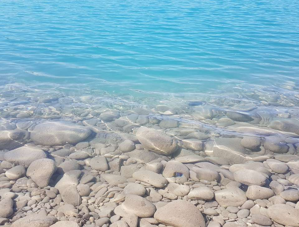 turkusowe jezioro w okolicy konina