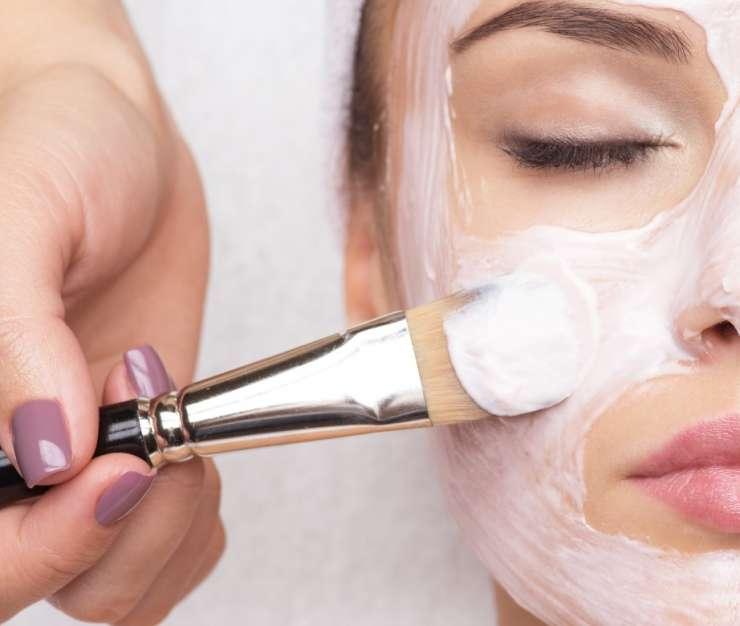 kosmetyczna naklada maseczke na twarz